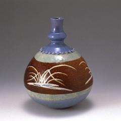 銹薄瑠璃釉青磁草文瓢形瓶