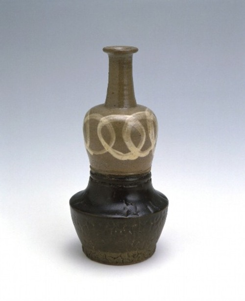 鉄釉掛分輪繋文渡名喜瓶