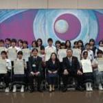 笑顔あふれる表彰式―「心をつなぐ絵の魔法 佐賀・横浜の子供たちの絵画と宮﨑曠代絵画展」―