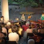 くすの木の新緑の前でマリンバの温かな音色―第19回あらかしコンサート―