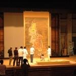 「楊柳観音像」を美術館ホールで点検