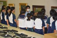 作品の説明を聞く生徒たちの写真