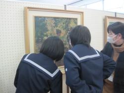武雄北中学校の様子2(絵画を鑑賞する生徒さん達)
