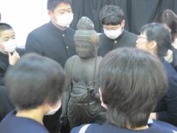 武雄北中学校での様子3(観音菩薩像に触れる生徒さん達)