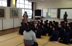 仁比山小学校での様子1(学芸員の説明を聞く生徒さん達)