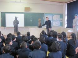 仁比山小学校での様子2(学芸員の説明を聞く生徒さん達)