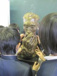仁比山小学校での様子3(ブロンズに触れる生徒さん達)