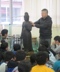 山内東小学校での様子・その3(仏像について解説を聞く)