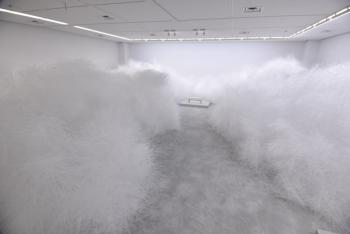 「吉岡徳仁展―トルネード」展示室内