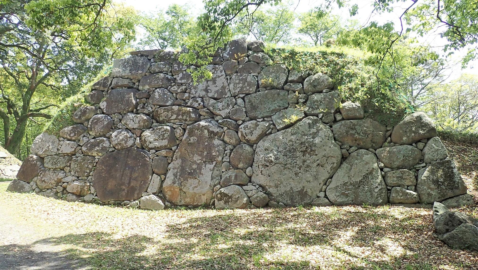 名護屋城跡三ノ丸南西櫓台の鏡石