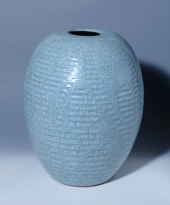 青瓷彫文壺(中島宏氏・重要無形文化財保持者)