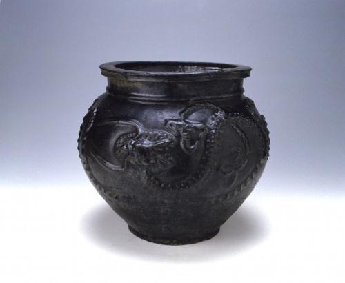 黒釉龍文甕
