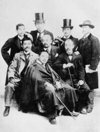 1900年、パリ万博に集った白馬会会員たち.jpg